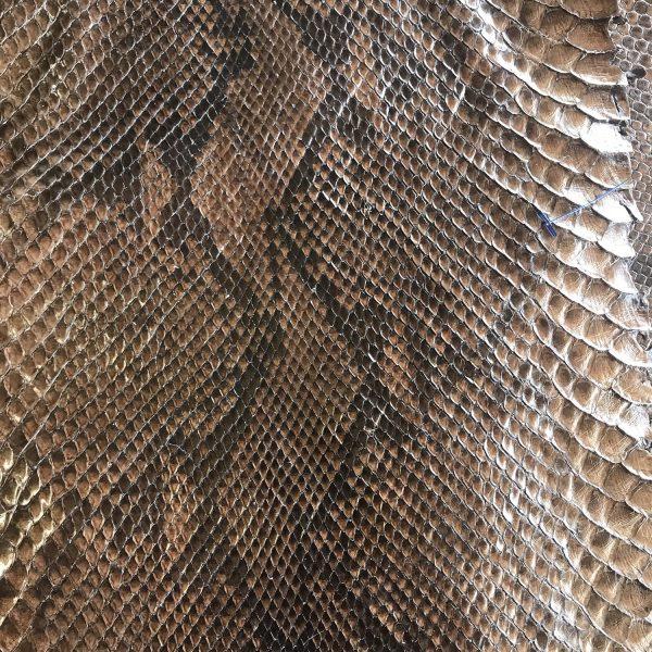 """SKU:10185 NAME:python leather metallic acero ANIMAL:python leather SPECIE:reticulatus ARTICLE:metallic COLOR:acero USE:leathergoods, shoes SIZE:27- THICKNESS:0,4/0,6 DESCRIPTION:soft, shinny, metallic """