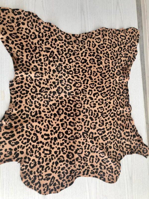 """SKU:10194 NAME:calf leather cavallino printed leopard mono ANIMAL:calf leather SPECIE:calf ARTICLE:cavallino printed COLOR:leopard mono USE:leathergoods, shoes, garment SIZE:04-05 THICKNESS:0,8/1,0 DESCRIPTION:soft, shinny, warm """